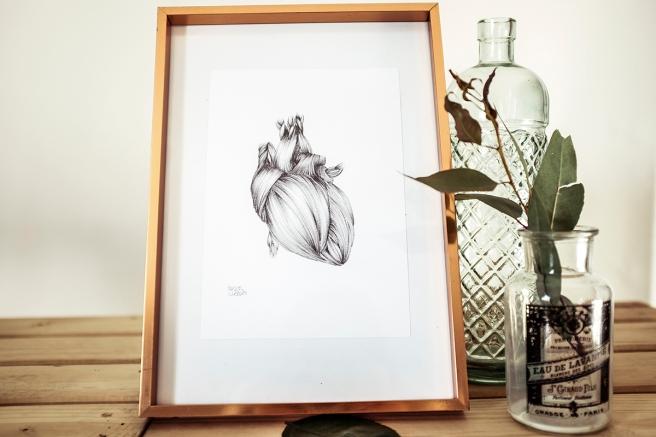 corazon sin tregua ilustracion a lapiz sobre papel raquel carrero decoracion nordica marco