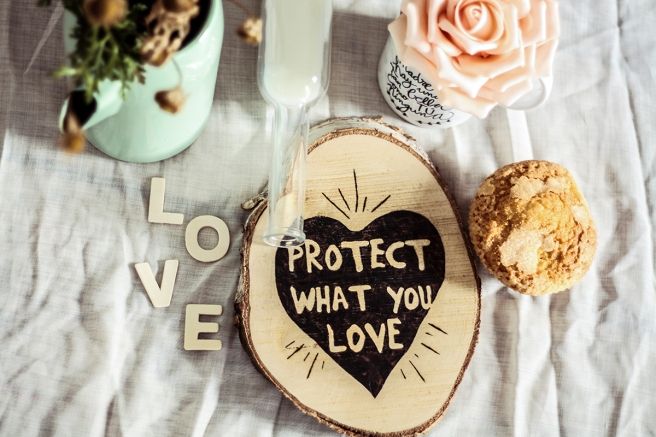 protect what you love rodaja de madera pirograbada a mano decoracion nordica uso salvaplato desayuno