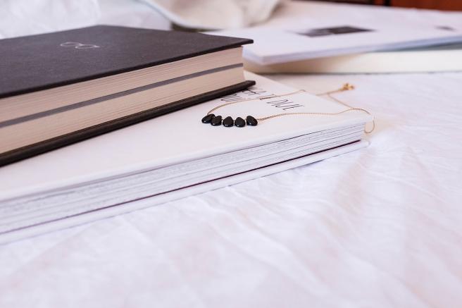 gargantilla collar minimalista cadena dorada handmade hecho a mano cristal checho pipolart pipol-art negro outfit libros
