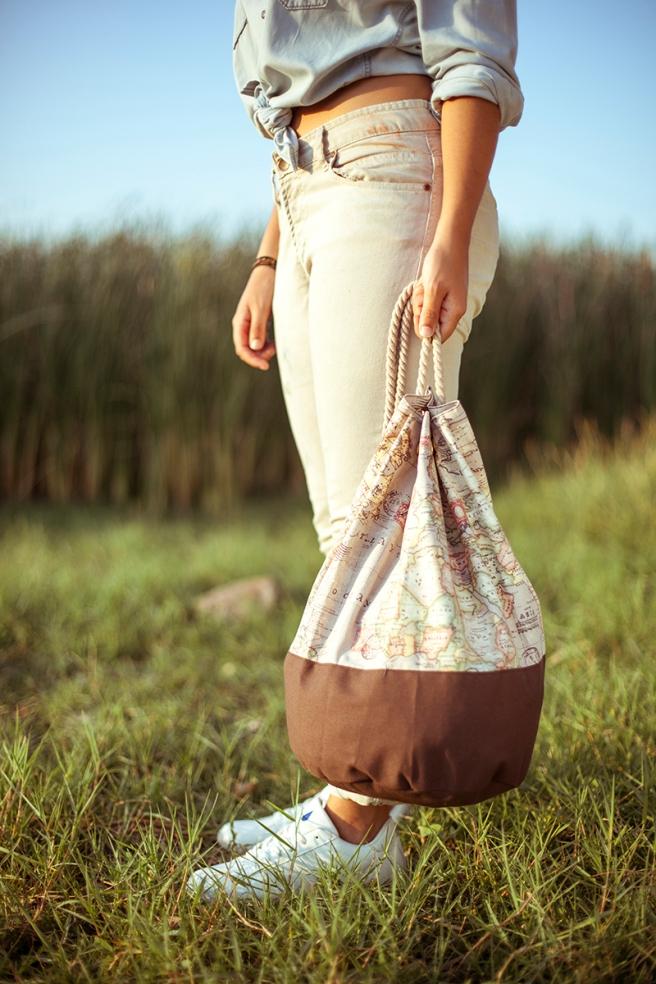 mochila petate gran capacidad tela hecho a mano cosido madrid pipolart pipol art marron  mapamundi beige retro detalle