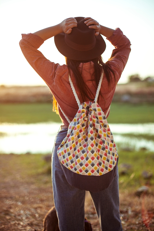 mochila petate gran capacidad tela hecho a mano cosido madrid pipolart pipol art vaquero claro oscuro  estampado geometrico colores sombrero