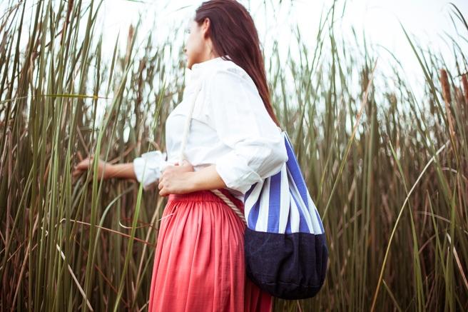 mochila petate gran capacidad tela hecho a mano cosido madrid pipolart pipol art vaquero oscuro  estampado rayas blanco y azul blancas y azules detalle