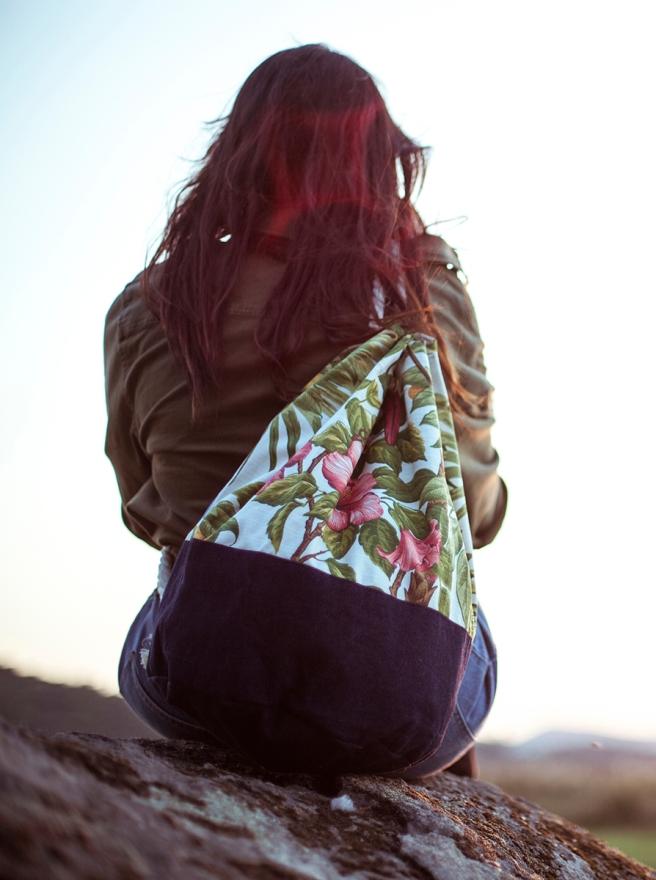 mochila petate gran capacidad tela hecho a mano cosido madrid pipolart pipol art vaquero oscuro estampado tropical retro hojas loro