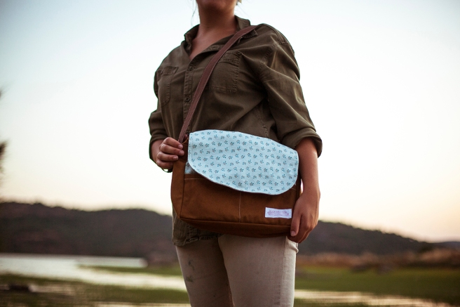 bolso loneta tela estampada bolsillos interior exterior cremallera pipolart pipol art para ella detalle beige flores