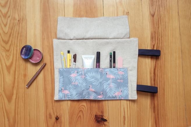 estuche enrollable tela cosido a mano hecho a mano manta maquillaje transportar brochas neceser pipolart pipol art estampado flamencos y hojas