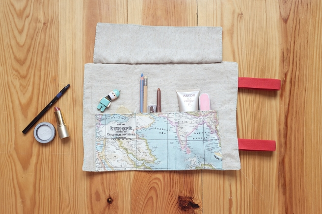 estuche enrollable tela cosido a mano hecho a mano manta maquillaje transportar brochas neceser pipolart pipol art estampado mapa mapamundi