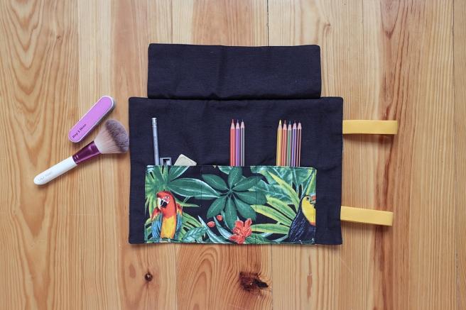 estuche enrollable tela cosido a mano hecho a mano manta maquillaje transportar brochas neceser pipolart pipol art estampado tropical
