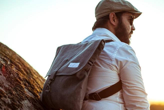 mochila loneta bolsillo interior exterior cremallera gris unisex