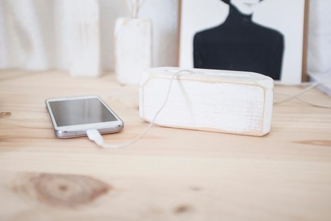 decoracion-mobiliario-madera-estilo-nordico-decapado-blanco-pipolart-pipol-art-soporte-telefono-cargador