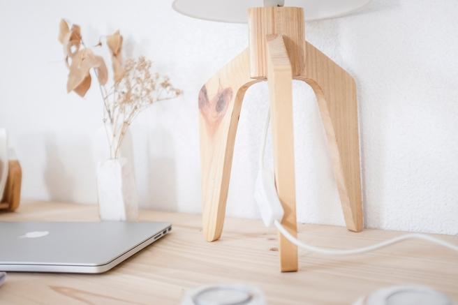 decoracion-mobiliario-madera-estilo-nordico-decapado-blanco-pipolart-pipol-art-soporte-telefono-lampara-patas-de-madera-tulipa-blanca