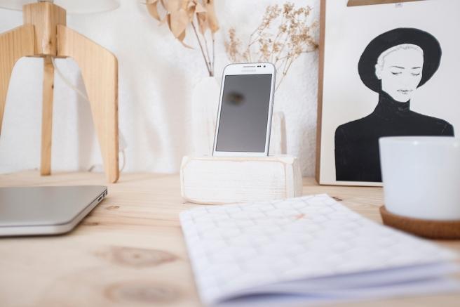 decoracion-mobiliario-madera-estilo-nordico-decapado-blanco-pipolart-pipol-art-soporte-telefono