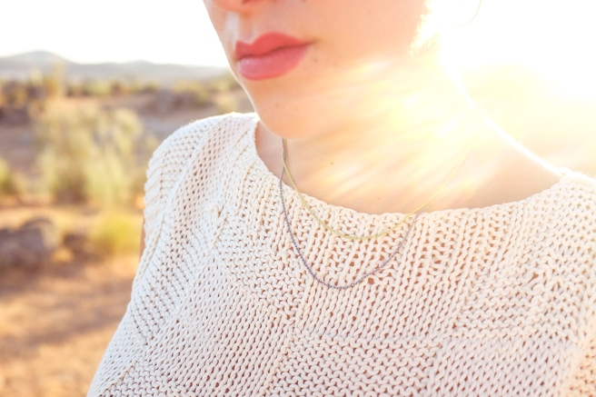 gargantilla-collar-minimalista-cadena-dorada-handmade-hecho-a-mano-cristal-checho-pipolart-pipol-art-negro-doble-cadena-azul-verde-metalizado-detalle-luz