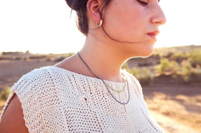 gargantilla-collar-minimalista-cadena-dorada-handmade-hecho-a-mano-cristal-checho-pipolart-pipol-art-negro-doble-cadena-azul-verde-metalizado-detalle