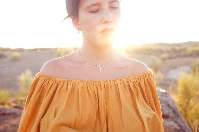 gargantilla-collar-minimalista-cadena-dorada-handmade-hecho-a-mano-cristal-checho-pipolart-pipol-art-negro-doble-cadena-cadena-fina-libelula-dorada-hoja-dorada-luz