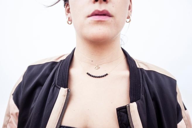 bisuteria-joyeria-chapado-oro-minimalista-must-have-esenciales-pipolart-pipol-art-ojo-egipcio-gargantilla-collar-piedras-negras