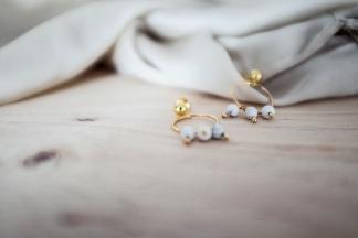 bisuteria-joyeria-chapado-oro-minimalista-must-have-esenciales-pipolart-pipol-art-pendientes-piedras-blancas-grises-marmol