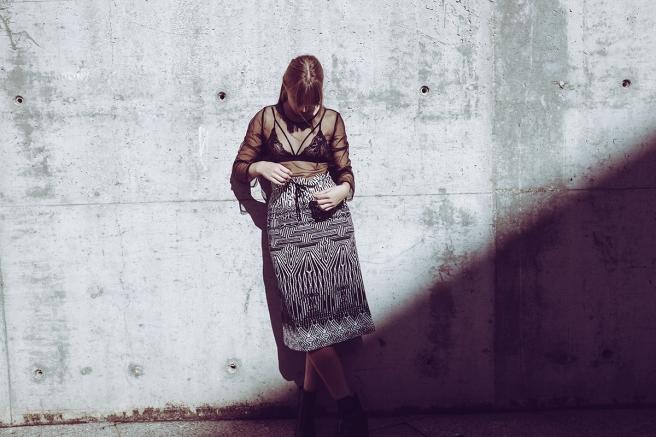 pipolart-pipol-art-falda-estampado-geometrico-blanco-y-negro-corte-recto-elastico-cordon-moda-hecho-en-espana-detalle