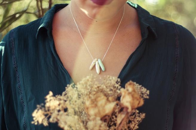 pipolart-pipol-art-gargantilla-cadena-fina-plata-de-ley-ceramica-hecha-a-mano-colgantes-julia-ramo-flores-secas-luz-detalle