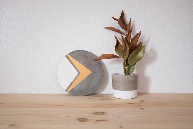 bandeja-plato-tabla-sushi-quesos-cemento-concrete-hecho-mano-decoracion-pipolart-pipol-art-conjunto-decoracion-cemento-esmalte-blanco-pintura-oro