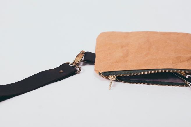 bolso-de-mano-tela-kraft-papel-impermeable-hecho-a-mano-cosido-a-mano-broche-cuero-forro-pipol-art-pipolart-detalle