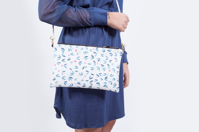 bolso ecopiel estampado flores ilustracion digital vestido retro azul pipolart pipol-art .jpg