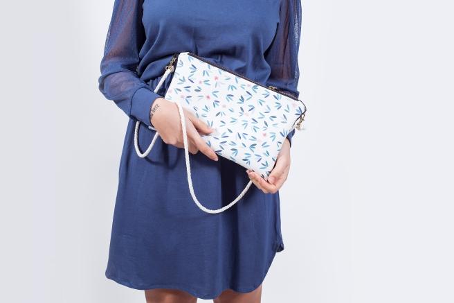 bolso ecopiel estampado flores ilustracion digital vestido retro azul pipolart pipol-art.jpg