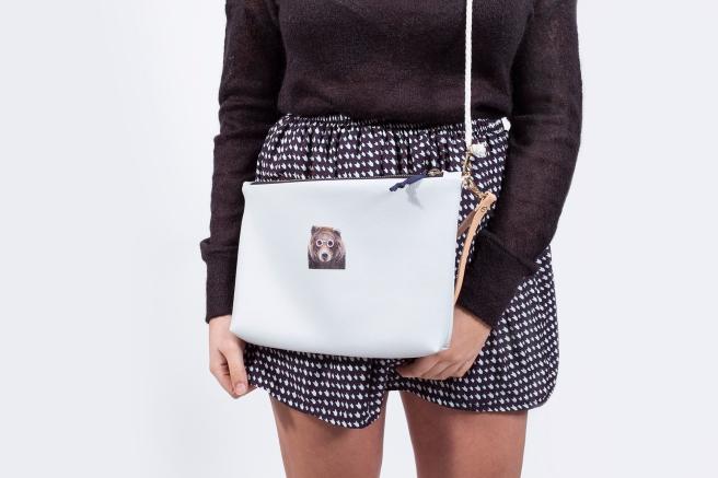 bolso ecopiel oso con gafas ilustracion bordado corona Jersey negro lazada   lazo en la espalda semi transparente.jpg
