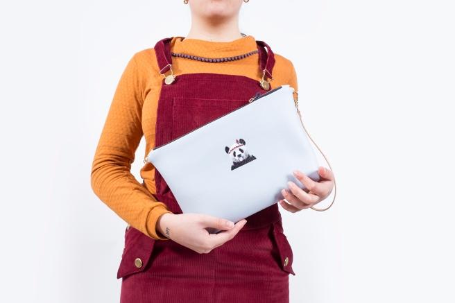 bolso ecopiel oso panda  ilustracion bordado peto falda mono pana granate camiseta retro mostaza hecho en españa pipolart pipol art detalle.jpg