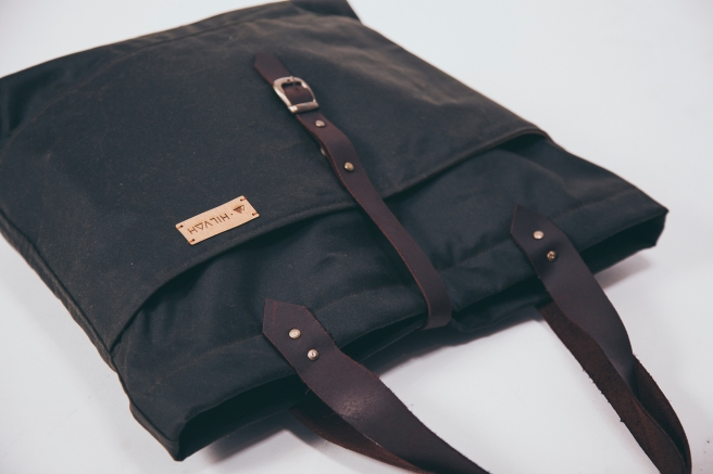 bolso-loneta-oscura-impermeable-hecho-a-mano-cosido-a-mano-remates-cuero-forro-bolsillo-interno-pipolart-pipol-art-detalle