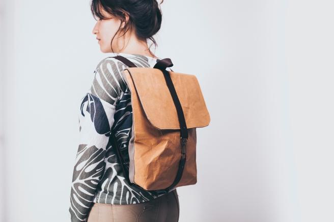 mochila-tela-kraft-papel-impermeable-hecho-a-mano-cosida-a-mano-broche-cuero-forro-bolsillo-interno-pipol-art-pipolart-backpack-handmade