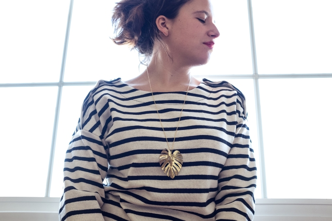 collar-colgante-monstera-costilla-de-adan-cadena-oro-dorado-envejecido-pipolart-pipol-art-sudadera-rayas-marineras-botones-hombro