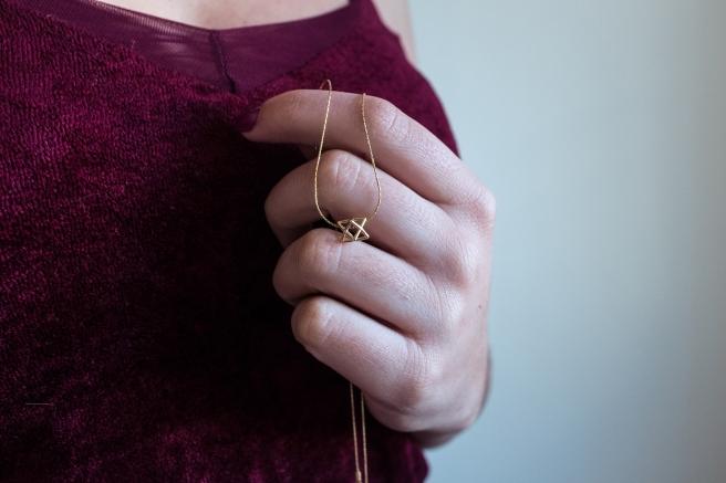 collar-colgante-pequeno-forma-geometrica-minimal-plata-banada-en-oro-pipolart-pipol-art-detalle
