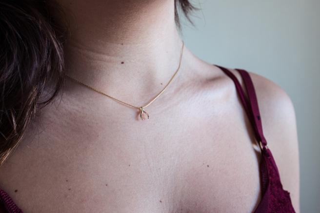 collar-colgante-pequeno-wishbone-amuleto-minimal-plata-banada-en-oro-pipolart-pipol-art