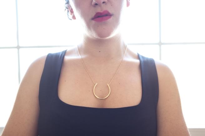 collar-forma-herradura-minimalista-cadena-oro-dorado-pipolart-pipol-art