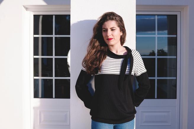 blusa-camiseta-negra-listas-rayas-blancas-lazada-cuello-lazo-pipolart