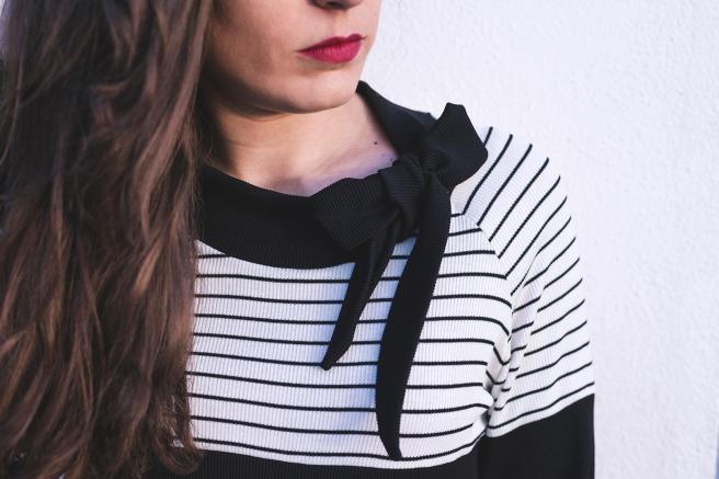 blusa-camiseta-negra-listas-rayas-blancas-lazada-cuello