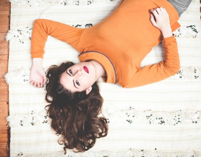 camiseta-mostaza-madrono-gris-retro-lady-pipolart-pipol-art-alfombra