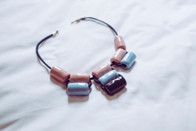 colgante collar bolas ceramicas hecho a mano hecho en españa pipolart pipol art artesania marruecos agadir detalle broche collar