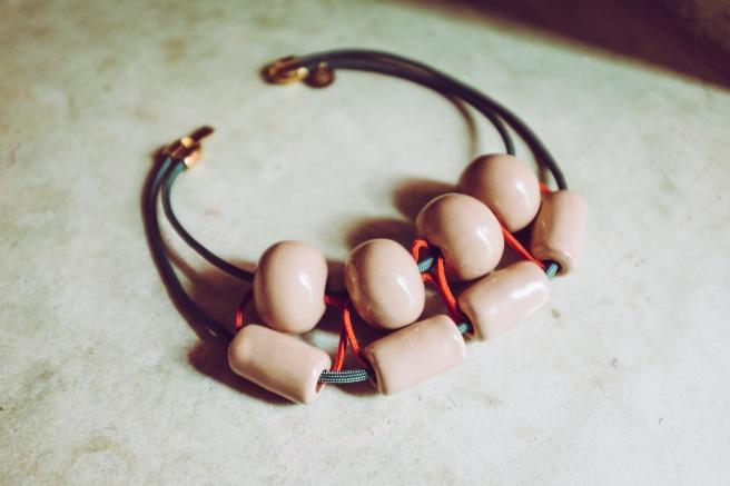 colgante collar bolas ceramicas hecho a mano hecho en españa pipolart pipol art artesania marruecos koutubia detalle bolas