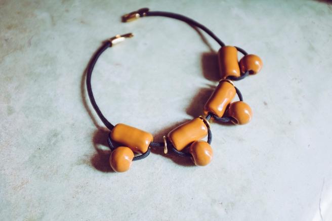 colgante collar bolas ceramicas hecho a mano hecho en españa pipolart pipol art artesania marruecos mostaza ouarzazat desierto detalle collar