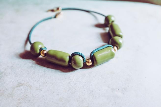 colgante collar bolas ceramicas hecho a mano verde esmeralda hecho en españa desierto sahara pipolart pipol art artesania marruecos detalle