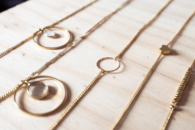 detalle collares piedras circulo y oro gargantilla minimal pipol art piedra blanca.jpg
