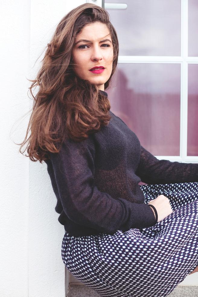 falda-vuelo-estampado-geometrico-azul-granate-blanco-pipol-art-jersey-negro-transparente