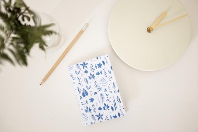 libreta pequeña acuarela nathalie ouederni hojas flores azules.jpg