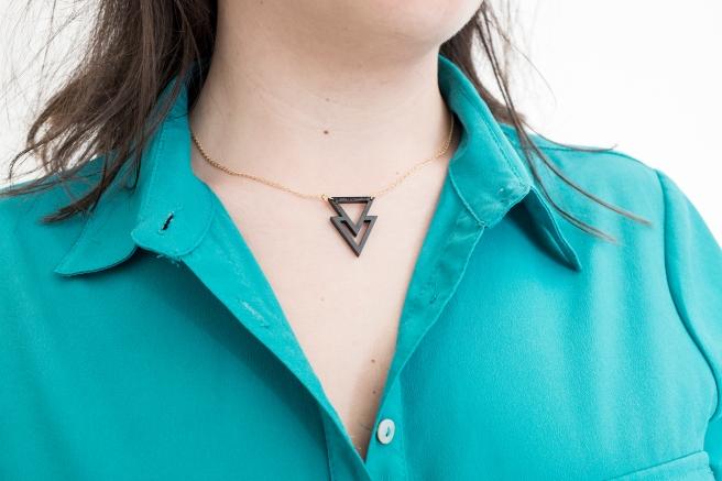 collar madera forma geometrica triangulo pintado a mano pipolart pipol art