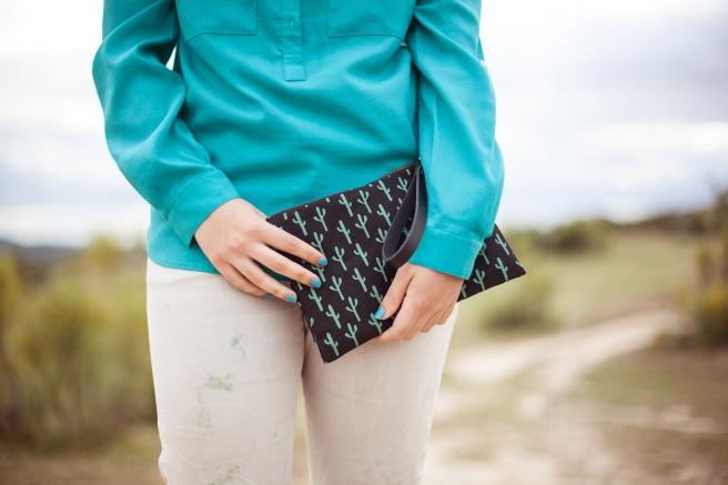 bolso de mano clutch hecho a mano de tela algodon serigrafia estampado cactus verder negro pipolart
