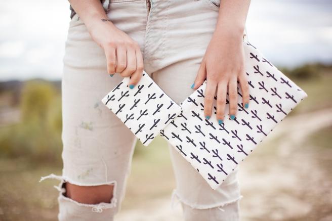 bolso de mano estuche cluth hecho a mano de tela algodon serigrafia estampado cactus blanco y negro pipolart pipol art monedero