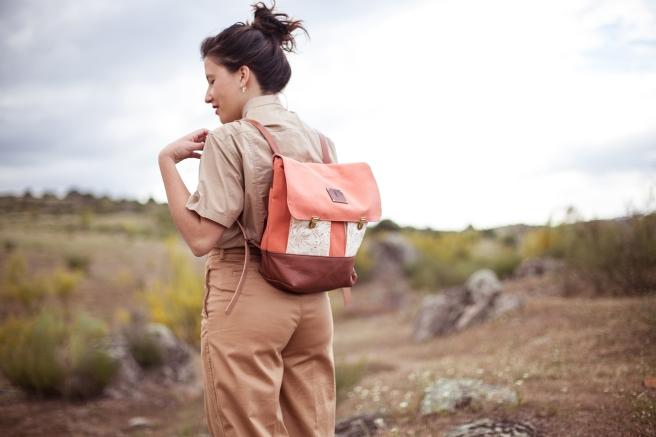 mochila lona y cuero español curticion vegetalfriendly loneta tonos pastel hecha a mano pipol art coral detalle bolsillos externos detalle