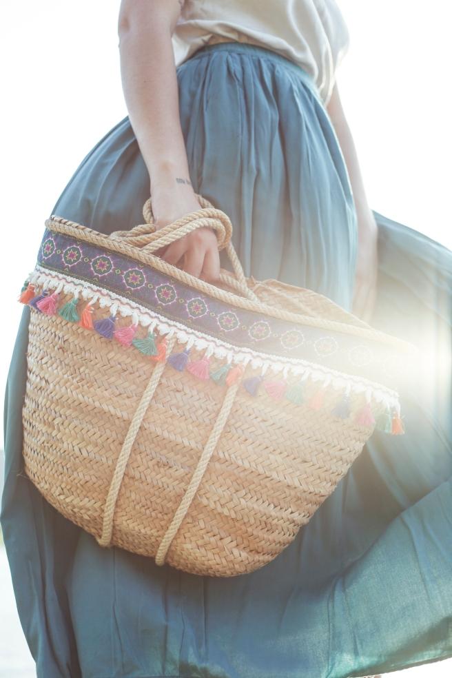canasto cesta cesto capazo artesania española hecho a mano cosido a mano adornos cenefa borlones colores borlas