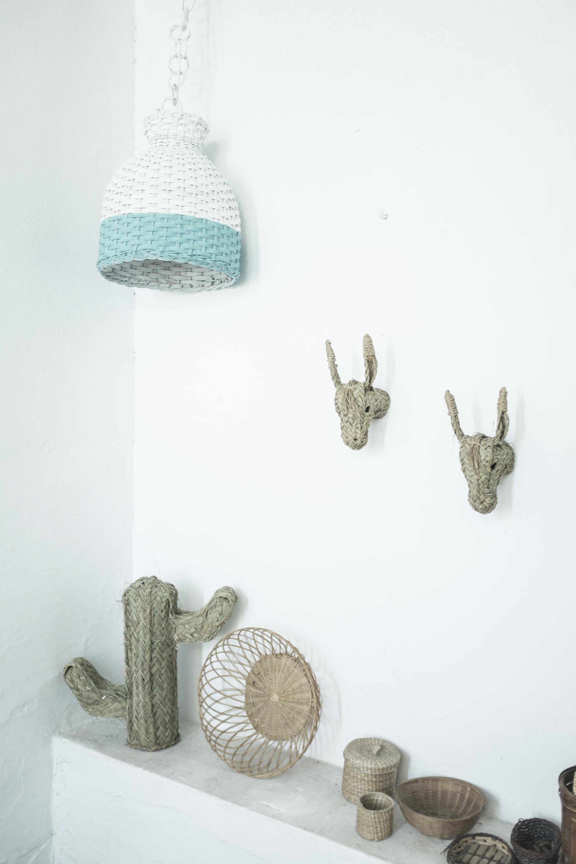 lampara fibra natural pintada blanca y turquesa decoracion patios terrazas pipolart cabezas de burrito cactus